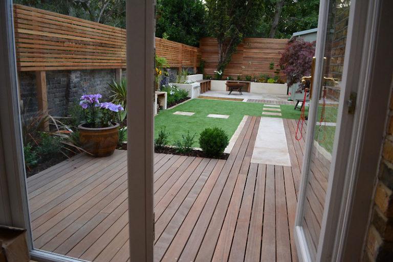 Contemporary-Garden-design-with-Hardwood-deck-and-Oiutdoor-Room
